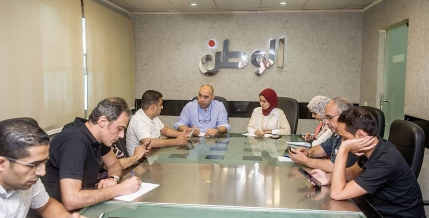 سمر صالح إلى جوار مدير التحرير أحمد الخطيب خلال الاجتماع التحريري