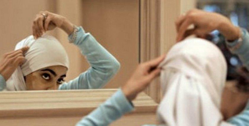 فتاة ترتدي الحجاب