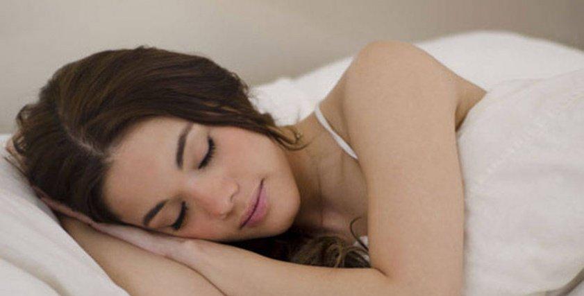 تجنب النوم على أحد الجانبين يتسبب في صعوبة الاستيقاظ مبكرا