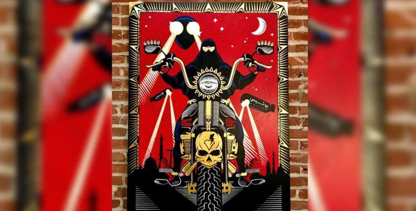 صورة منتقبة على دراجة نارية