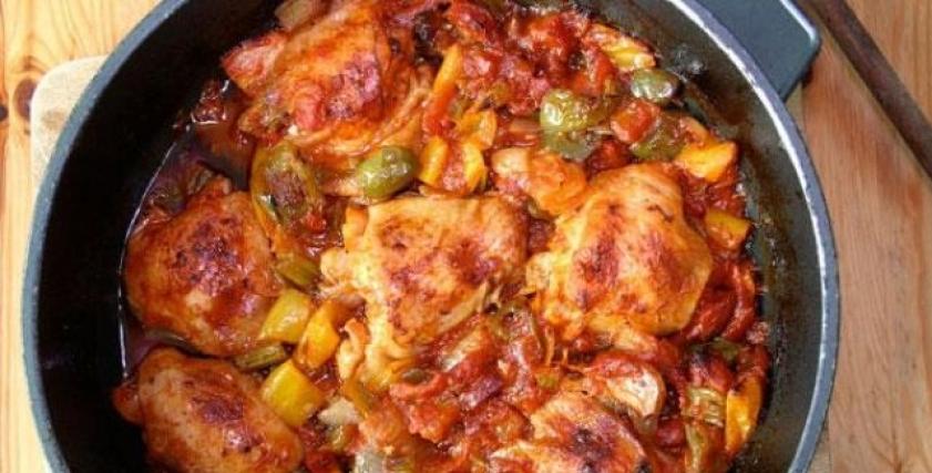 صينية دجاج بالبصل والطماطم