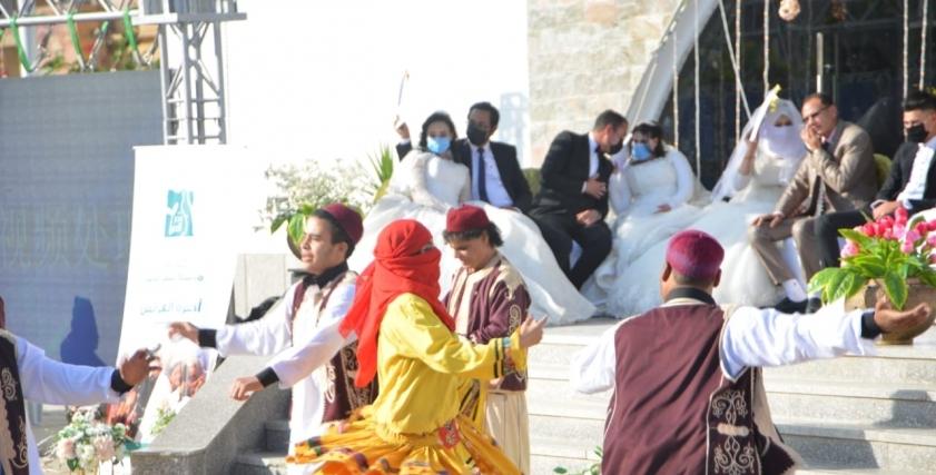 جانب من حفل زفاف جماعى بارتداء الكمامات للعرايس والعرسان فى متنزه كليوباترا بمرسى مطروح