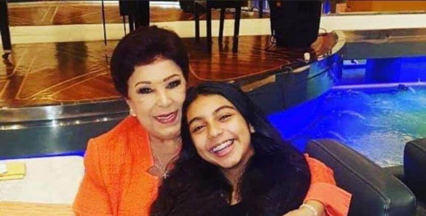الراحلة رجاء الجداوي مع حفيدتها