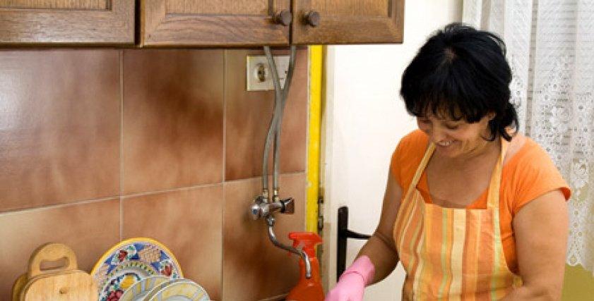 سيدة تغسل الصحون