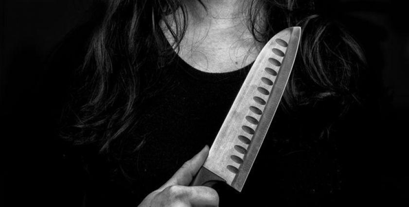 سيدة تذبح زوجها وتقطع عضوه الذكري وترميه للكلاب