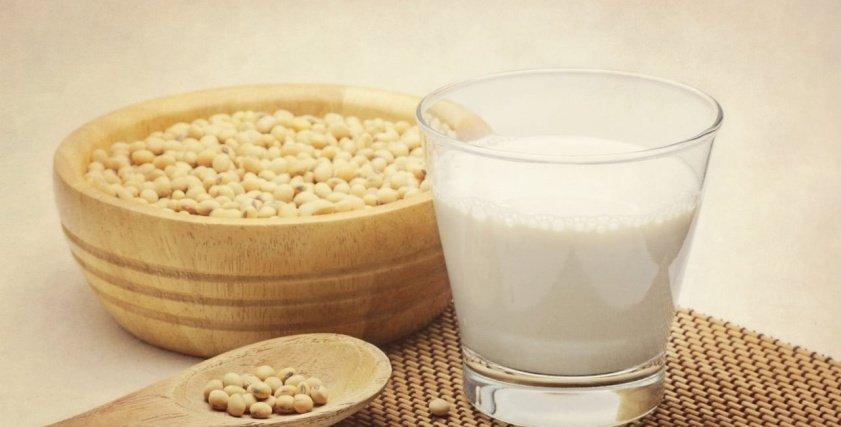 طبيب يحذر من خلط الحليب بالمشروبات النباتية