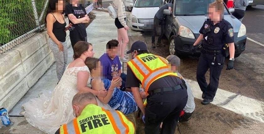 العروس وهى تنقذ احدى المصابات بالحادث