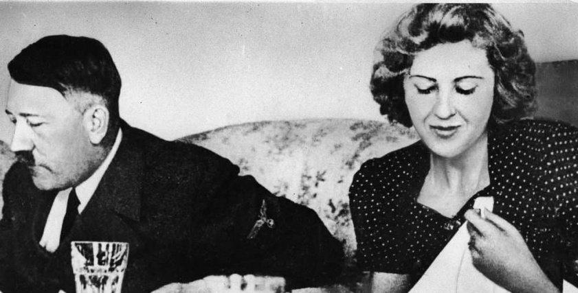 صورة تجمع هتلر مع عشيقته