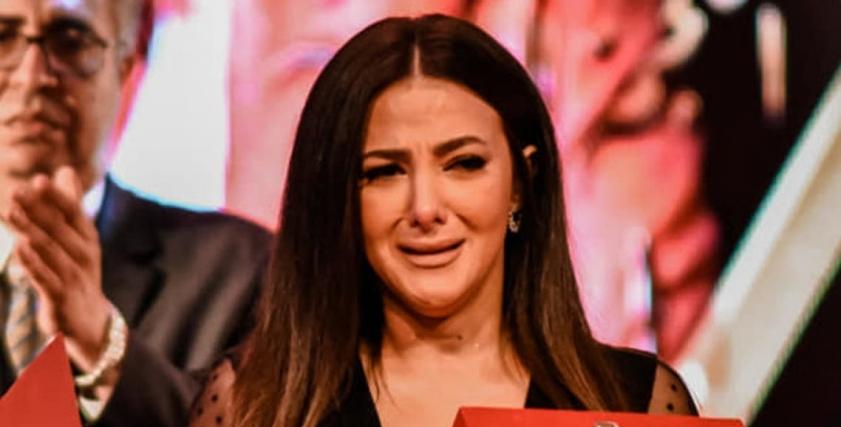 بعد دموع دنيا سمير غانم.. نصائح لتخطى مرحلة الاكتئاب بعد فقد الآباء