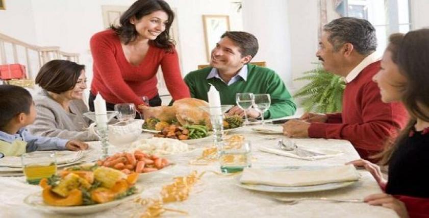 هل خدمة والدة الزوج واجبة على مرات الابن؟
