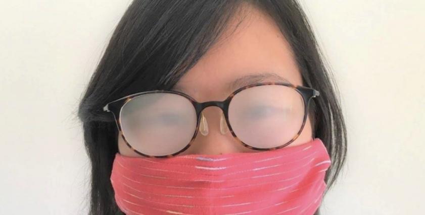 نظارة عليها بخار تنفس