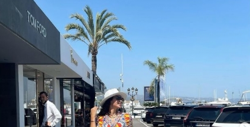 قصة عشق بين ياسمين صبري وحقيبتها البرتقالية «صور»