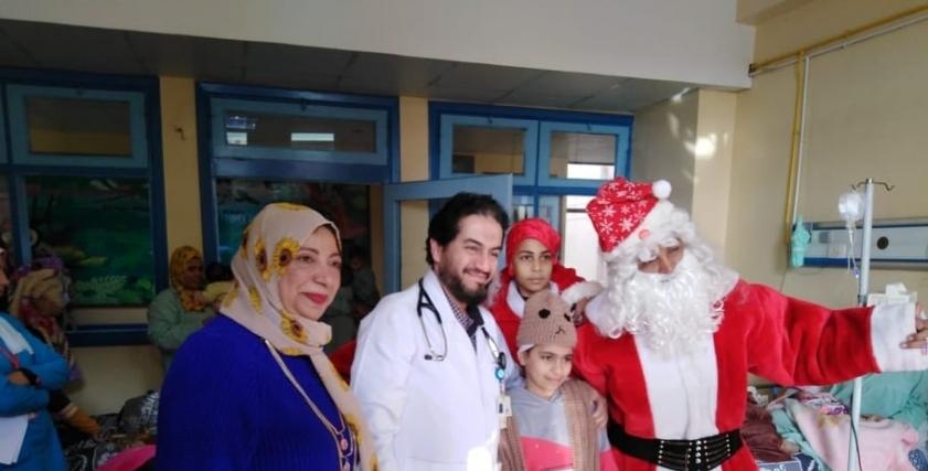 أماني موسى ترسم  الفرحة على وجوه الأطفال مرضى السرطان في العام الجديد