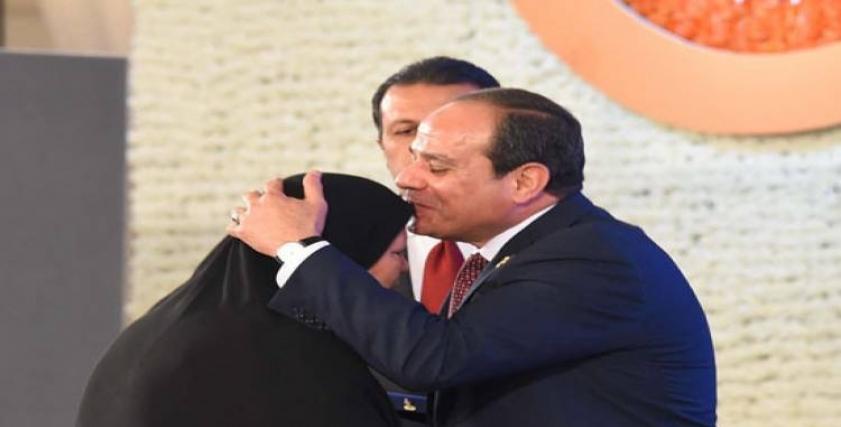 الرئيس السيسي يقبل رأس احدى السيدات