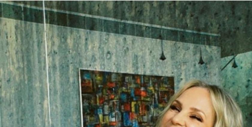 حافية القدمين.. شيرين رضا تتألق في جلسة تصوير بفستان «برتقالي»