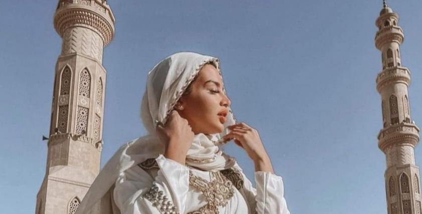 جلسة تصوير الراقصة جوهرة بساحة مسجد الميناء بالغردقة