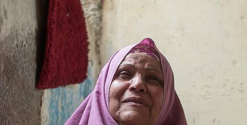 بالصور  جلسة تصوير  توضح عقوق الوالدين .. والمصور: