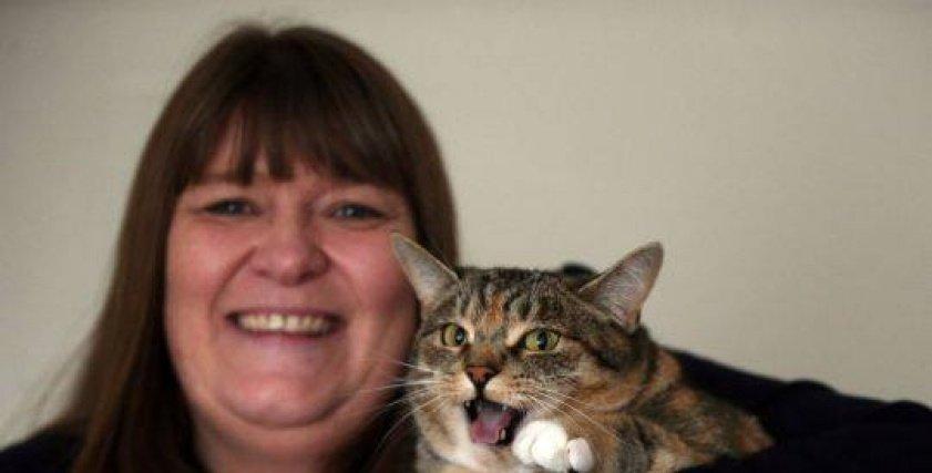 أنجيلا مع قطتها ميسي