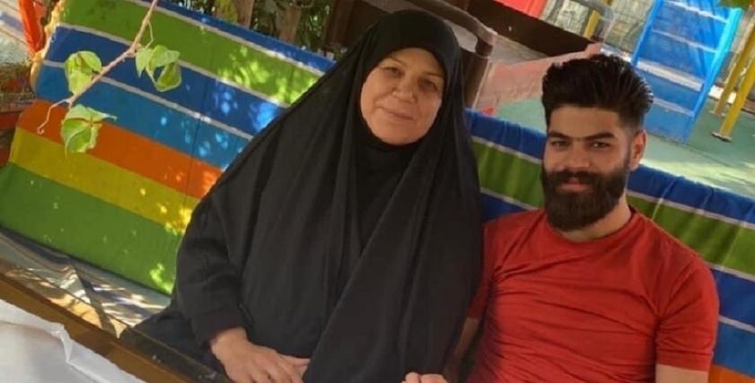 الناشطة العراقية فاطمة البهادلي وابنها