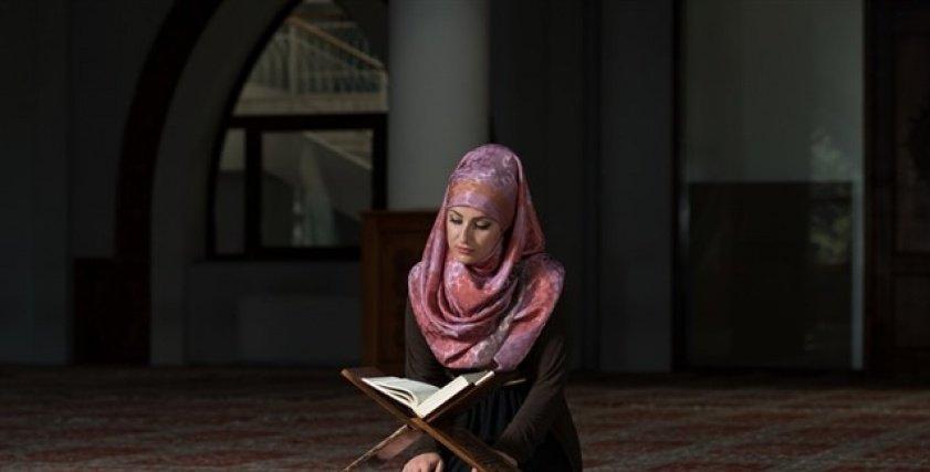 امرأة تقرأ القرآن