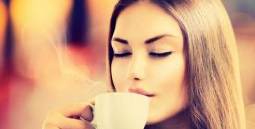 تناول فنجان قهوة