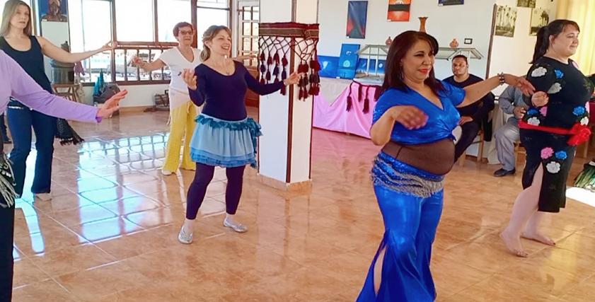 بالصور| سائحة إيطالية تنظم رحلات لتعليم الرقص في الأقصر
