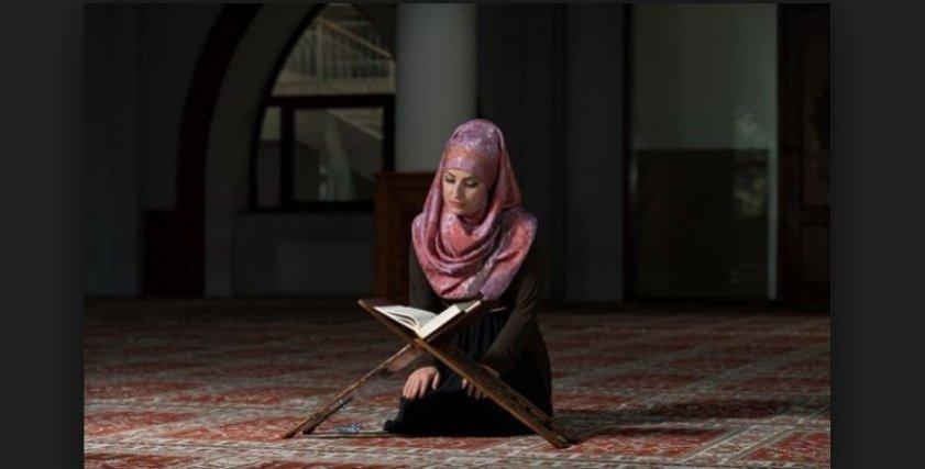 ما حكم تلاوة المرأة القرآن أمام الرجال الأجانب ؟.. دار الإفتاء تجيب