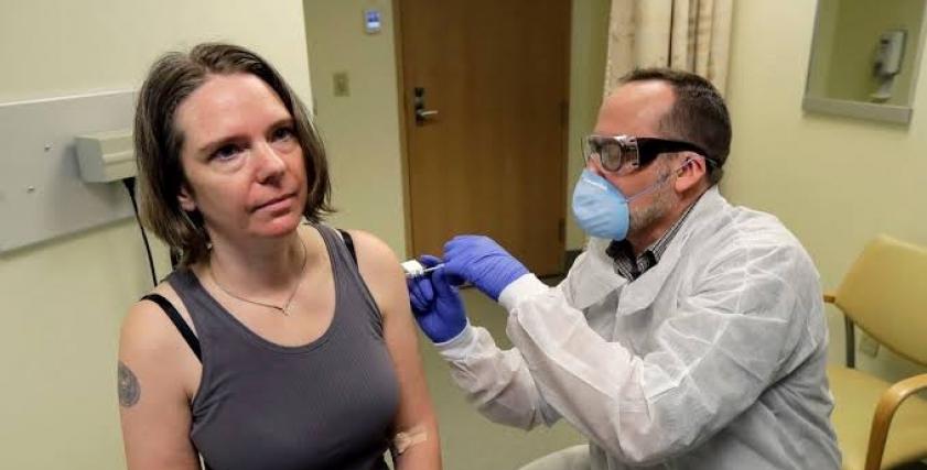 جينيفر اثناء اخذها اللقاح