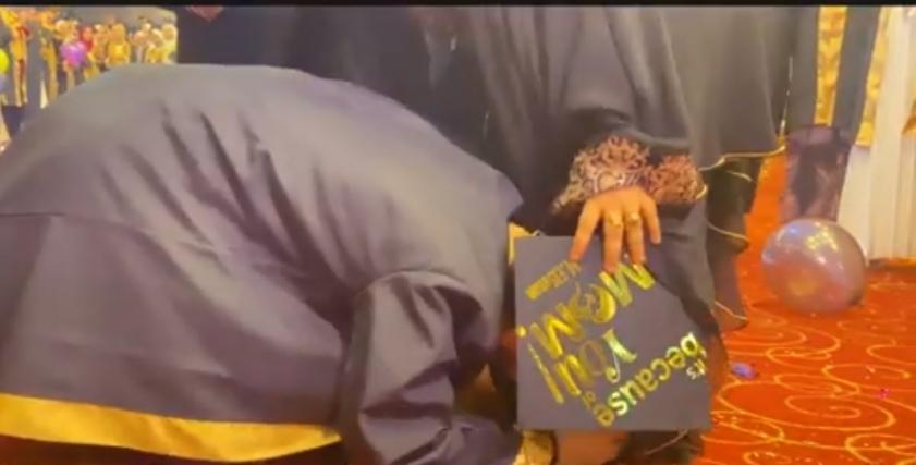 «محمد» يقبل قدم والدته في حفل تخرجه