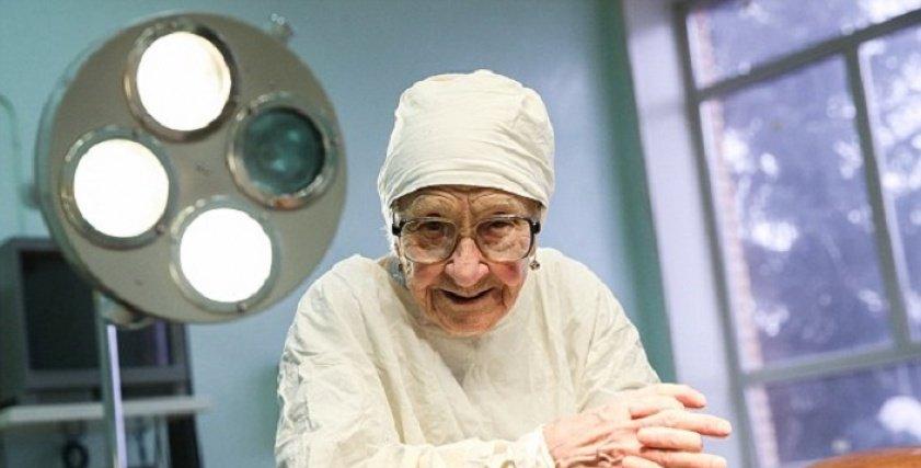 أكبر جراحة في العالم عمرها 90 عاما وأجرت 10 آلاف عملية