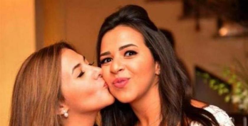 دنيا سمير غانم تمشط شعر شقيقتها