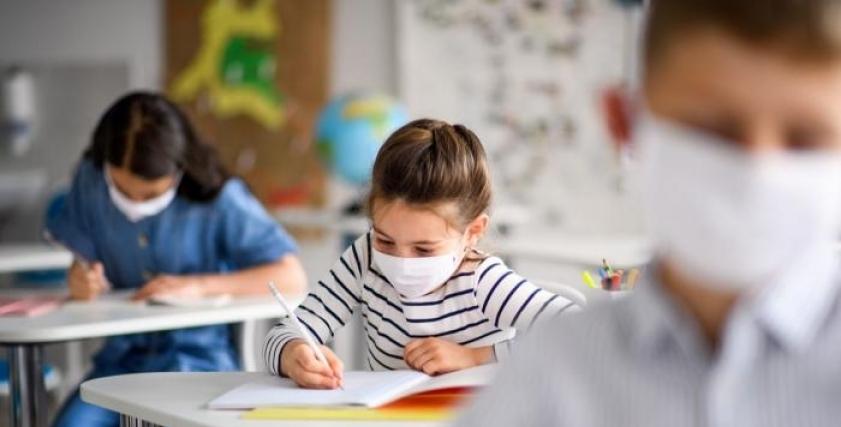 أطفال يرتدون كمامات للوقاية من فيروس كورونا