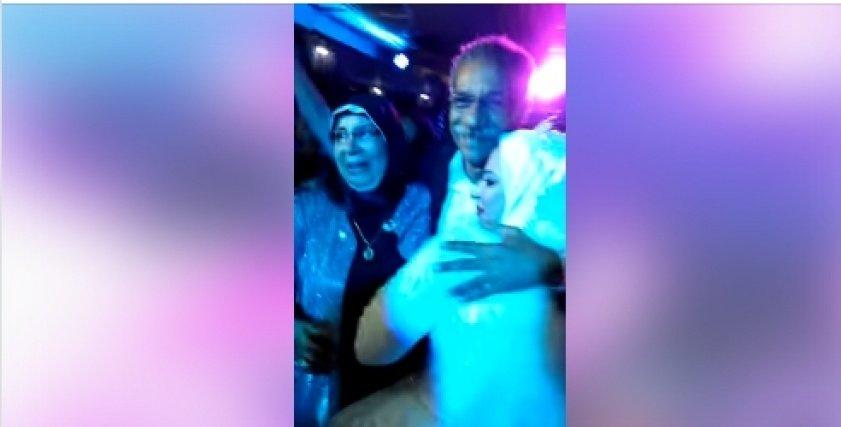 سيد رجب يلبي رغبة إحدى المتابعات ويحضر حفل زفافها