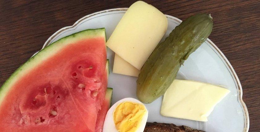 جبنة بالزعتر مع شرائح البطيخ، والبيض المفخد