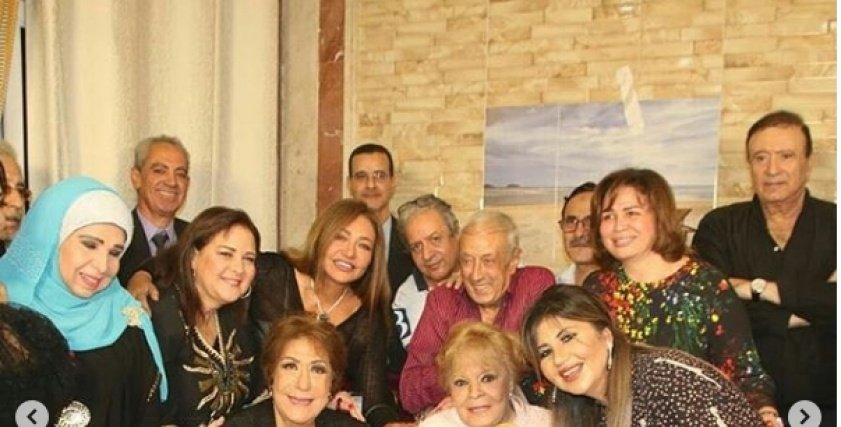 بالصور  ليلى علوي بصحبة نجوم الفن مع نادية لطفي: كلنا بنحبها