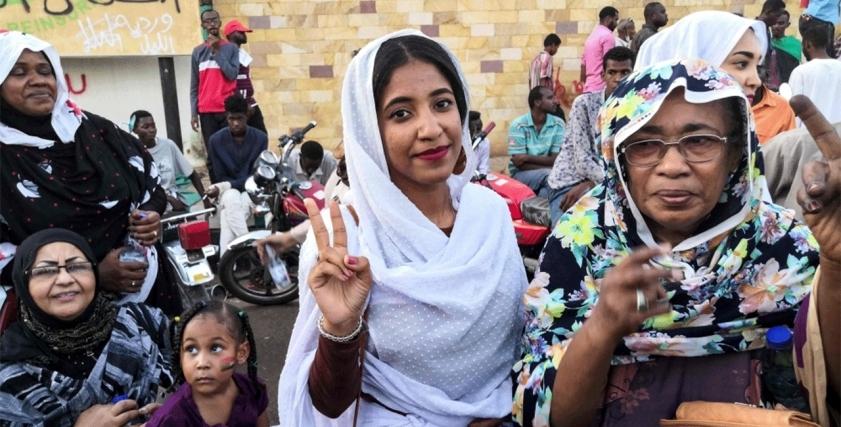 ألاء صلاح وسط متظاهرات السودان