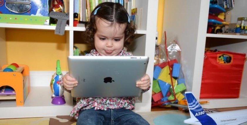 الشاشات اللمسية لالهواتف الذكية تؤدي الى فقدان الطفل القدره على الامساك بالقلم