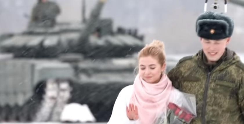 ضابط يطلب يد حبيبته للزواج وسط الدبابات