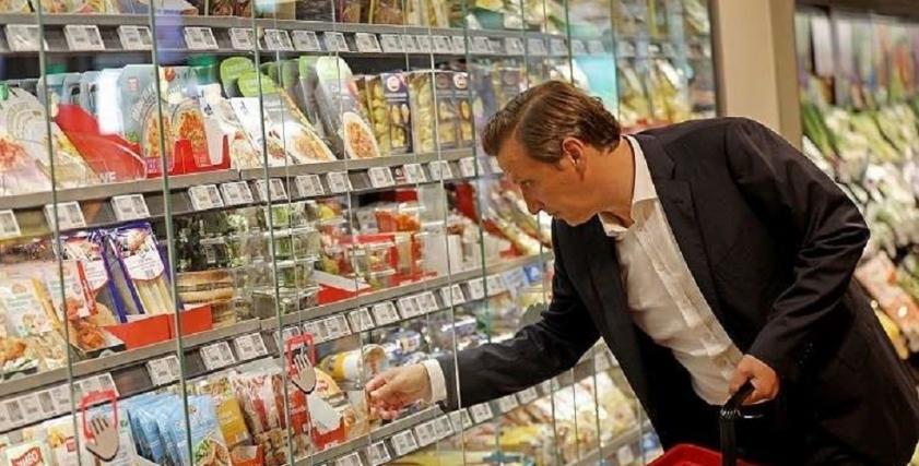 عمدة ياباني يدعو الرجال للتسوق بدلًا من النساء