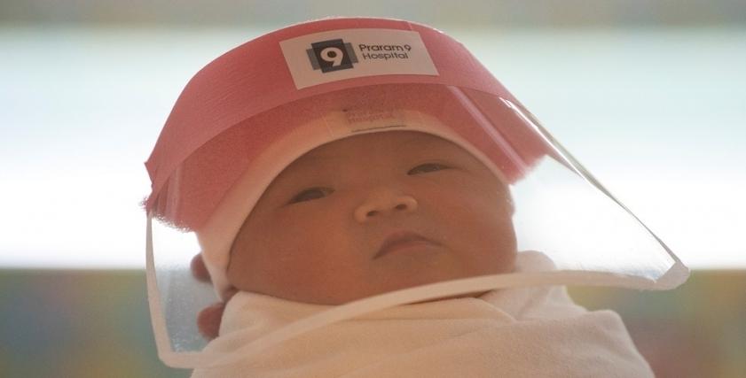 طفلة عقب ولادتها وهي ترتدي الدرع الواقي من كورونا