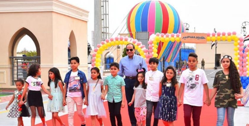 الرئيس السيسي وأطفال الشهداء