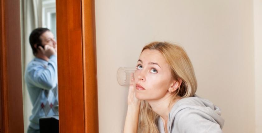 صورة تعبيرية توضح شك امرأة في زوجها