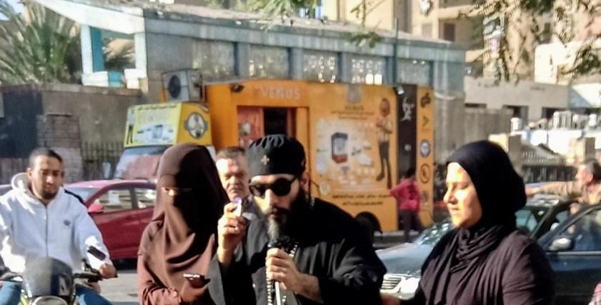مشهد عبور مسلمتان وقس كفيف الشارع