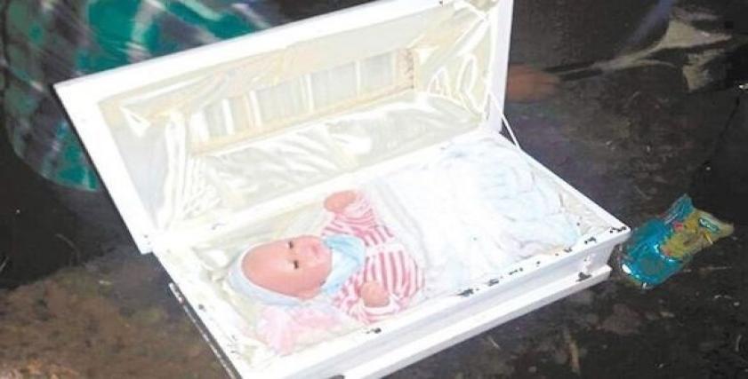 سيدة تزيف جنازة طفلها وتضع دمية بلاستيكية في قبره
