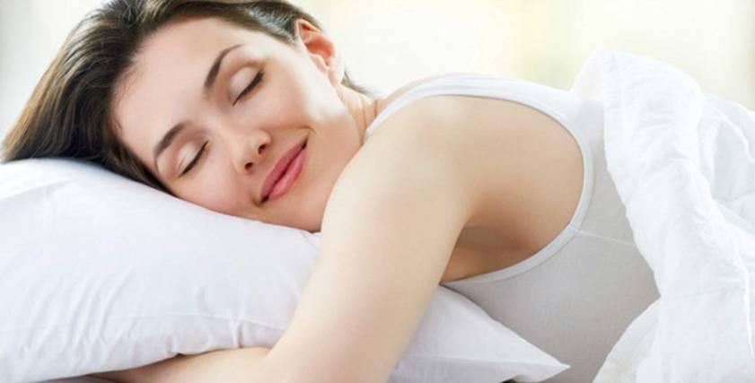 سيدة تنام بسهولة دون معاناة من الأرق