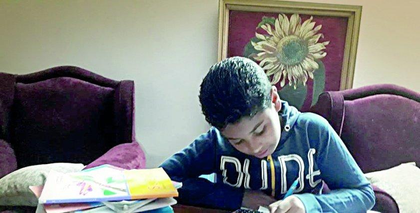 طالب فى الصف الرابع الابتدائى يعانى من حشو المناهج