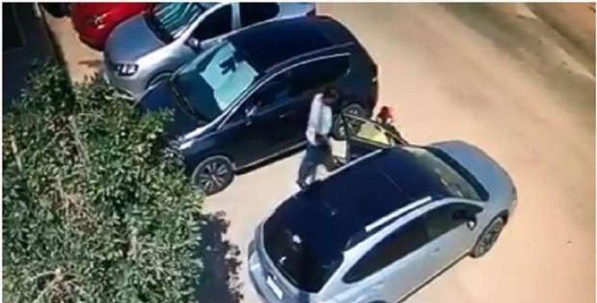 تحرش شخص بأطفال في التجمع الأول داخل سيارته