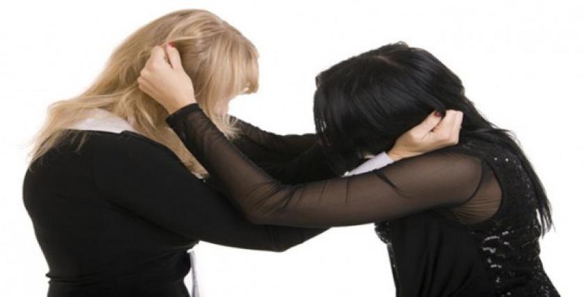 مشاجرة نسائية عنيفة.. فتيات يتحرشن برجل أمام زوجته انتهت في قسم الشرطة