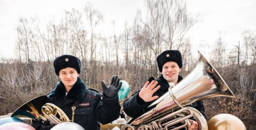 احتفال الشرطة الروسية بعيد الأم