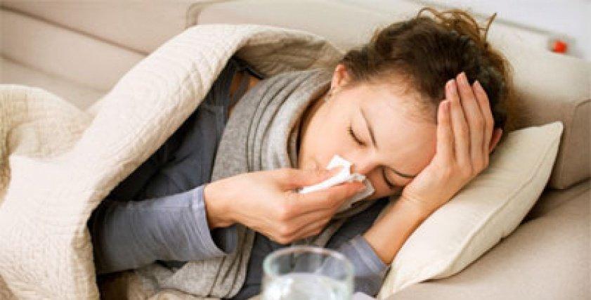 سيدة مصابة بمرض الأنفلونزا